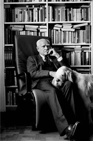 Alberto Moravia, siempre mirando.