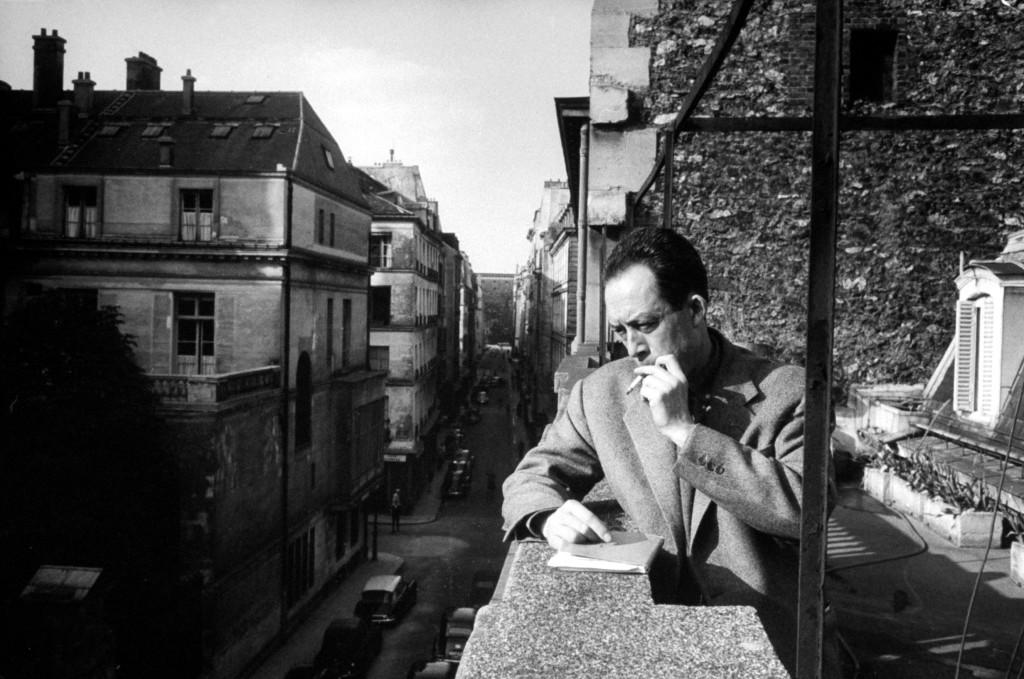 Albert Camus, entre fumando, pensando y mirando