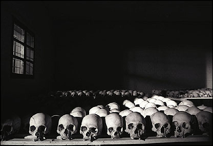 Remembering the genocide. Foto: bbc.com/news/).