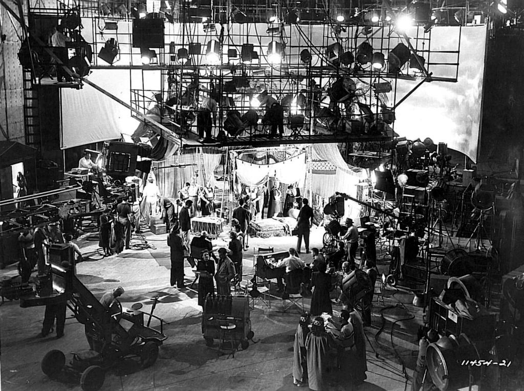 El ambiente creativo que existía en Paramount era maravilloso: paseabas por el estudio y podías ver a Sternberg, Gary Cooper, Dietrich, Leo McCarey, Lubitsch... Era un ambiente de creatividad: entonces hacíamos películas, no negocios. Hoy, dedicamos el ochenta por ciento de nuestro tiempo a hacer negocios y sólo el veinte por ciento restantes a hacer películas.