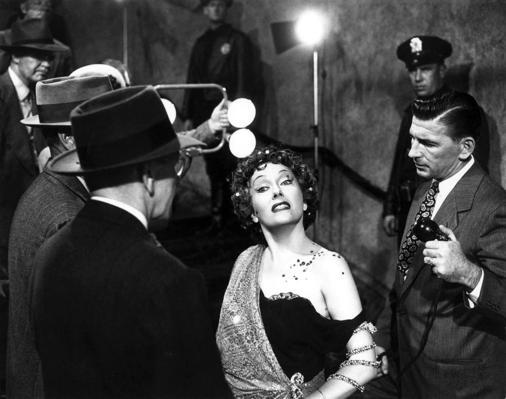 """La simbólica escena en la cual la diva acude a los estudios de rodaje de DeMille y es """"atacada"""" por un micrófono."""