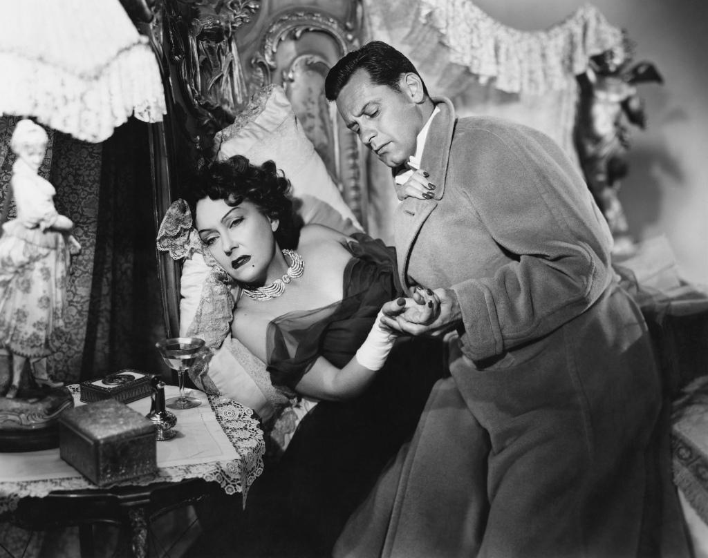 """Un momento, ¿no nos conocemos? Su cara me es conocida. ¡Váyase o llamaré a mi criado. Es Norma Desmond, de las películas mudas. Era una estrella. """"¡Y grande¡ Pero el cine ahora ya no lo es! Ajá, cada vez lo hacen peor."""
