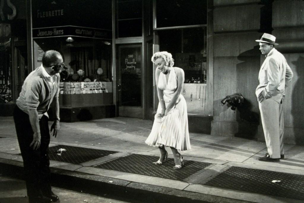 Después de esta película Billy Wilder no trabajo más con Marilyn: Me han preguntado si volveré a trabajar con M. M, y tengo una respuesta clara. Lo he discutido con mi médico, mi psiquiatra y mi contable, y todos me han dicho que soy demasiado viejo y demasiado rico para someterme de nuevo a una prueba semejante.