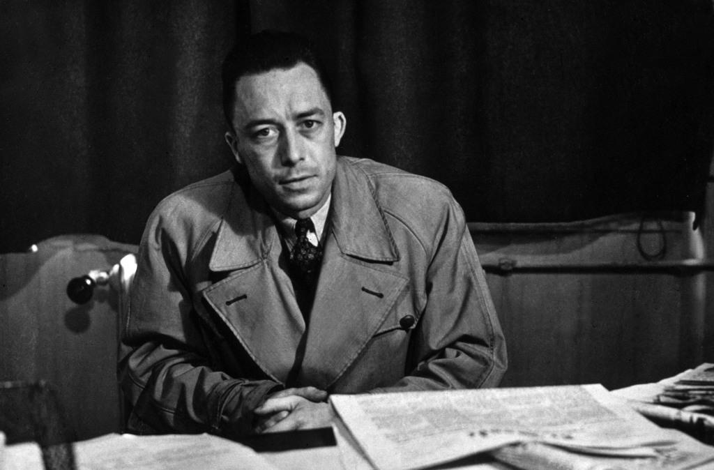 Camus, que señala la precariedad de la razón, la brutalidad del ser, la tragedia humana, hace de su novela un coto de caza para el pensamiento. Parece decir que el miedo nos hace reflexivos.