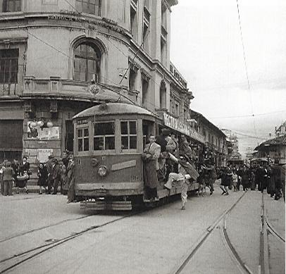 Tranvía Amarillo. Sady Gonzalez: 1940. Bogota, carrera 7, calle 13, vista al sur. (colarte.com)