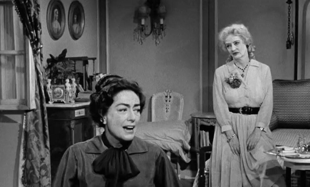 El odio entre ambas era legendario y se gestó tras el desprecio de Bette Davis a las insinuaciones amorosas de la Crawford. Este resentimiento se fue alimentando tras años de desplantes, dardos envenenados e insultos nada velados.