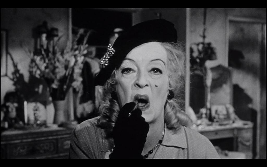 Bette Davis se negaba a quitarse el maquillaje después de cada día de rodaje, con la intención de acumularlo para que su personaje se viera más ajado y tétrico a medida que iba perdiendo la razón.