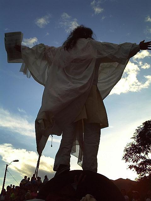 """Foto del grupo """"Máscaras y Paradojas"""", obra La sabiduría del látigo, autor: Gahvir Fahiaci, director de puesta en escena y adaptación para teatro: Darío Soto. Disponible en: http://mascarasyparadojas.blogspot.com/2010/09/la-sabiduria-del-latigo.html"""