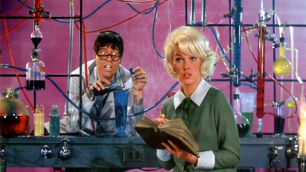Un profesor universitario de química no muy agraciado y con poco éxito en sus contactos sociales, inventa una fórmula que le convierte en otra persona diferente y arrogante. Interpretada por Jerry Lewis, esta comedia que, tomando como base el personaje dual creado por el novelista R. L. Stevenson, Dr. Jekyll y Mr. Hyde, cuestiona con perspicacia la cultura de la apariencia.