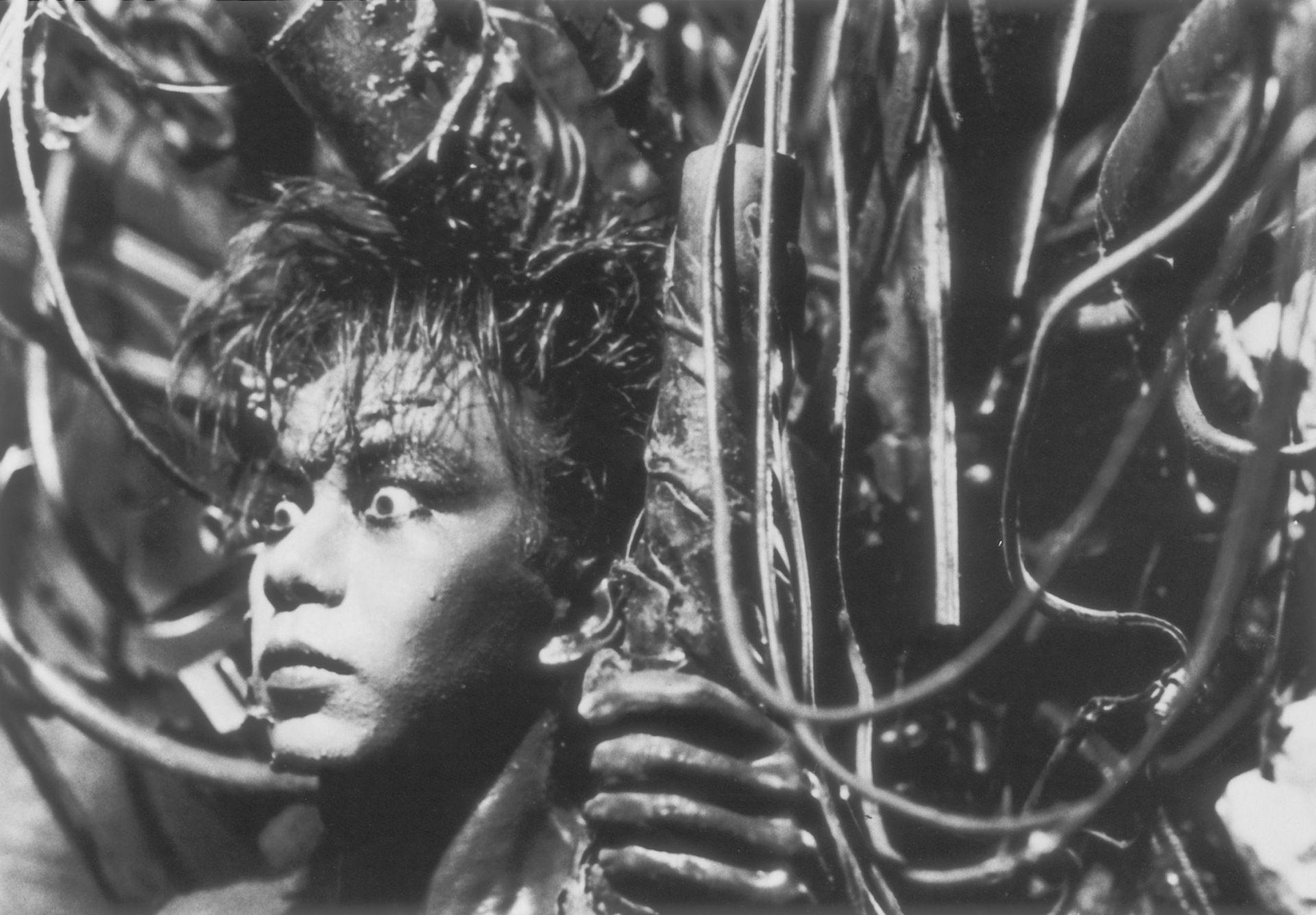 """Tetsuo puede que esta sea una de las películas más perturbadoras de la ciencia-ficción. No solo es uno de los mayores exponentes del cine independiente japonés, también se trata de un vistazo al interior de una de las mentes creativas más oscuras de los años 90. Un hombre se clava trozos de metal en el cuerpo. """"El fetichista del metal"""" encuentra gran placer en hacerlo."""