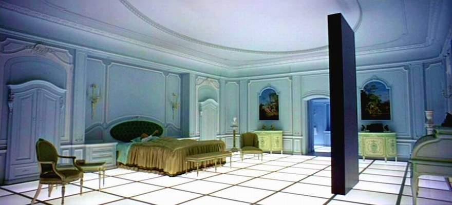 Kubrick, utiliza la música de Richard Strauss Así habló Zaratustra, para sugerir cuáles son las raíces de nuestra naturaleza. Antes de la aparición del misterioso monolito los primates son animales vegetarianos y pacíficos. La aparición del monolito desencadena la transformación del primate en hombre.