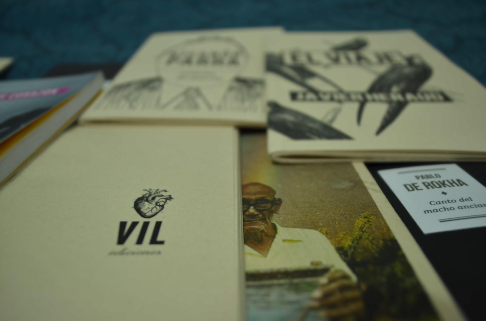 Algunos ejemplares de Vil Ediciones. Foto: John Díaz para Literariedad.