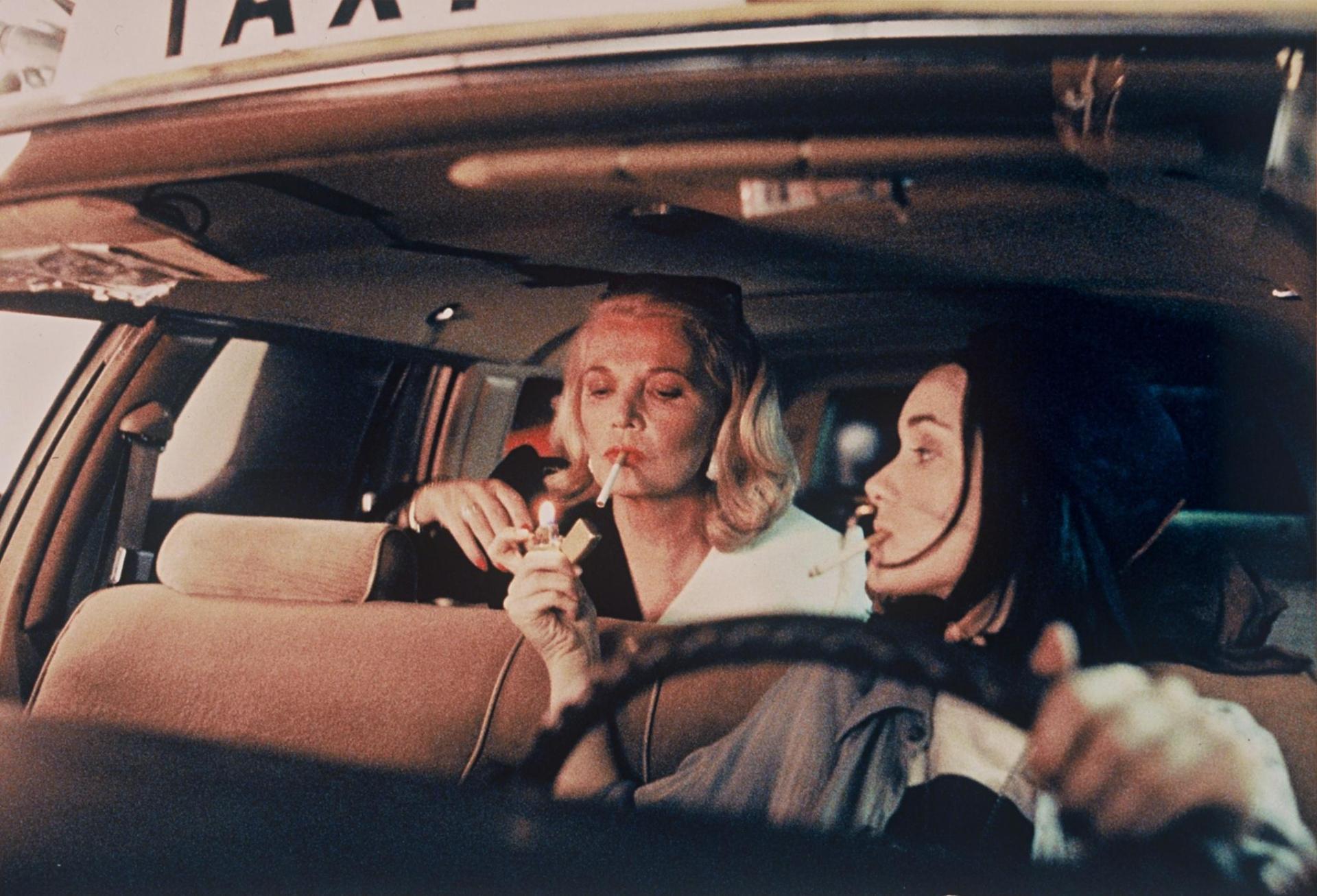 La primera historia comienza al atardecer, (las 7:05pm) en Los Ángeles, la protagonizan una taxista casi adolescente, que masca chicle sin descanso y fuma compulsivamente (Winona Ryder), y su pasajera (Gena Rowlands), una ejecutiva de Hollywood, que recoge en el aeropuerto y la lleve a Beverly Hills.