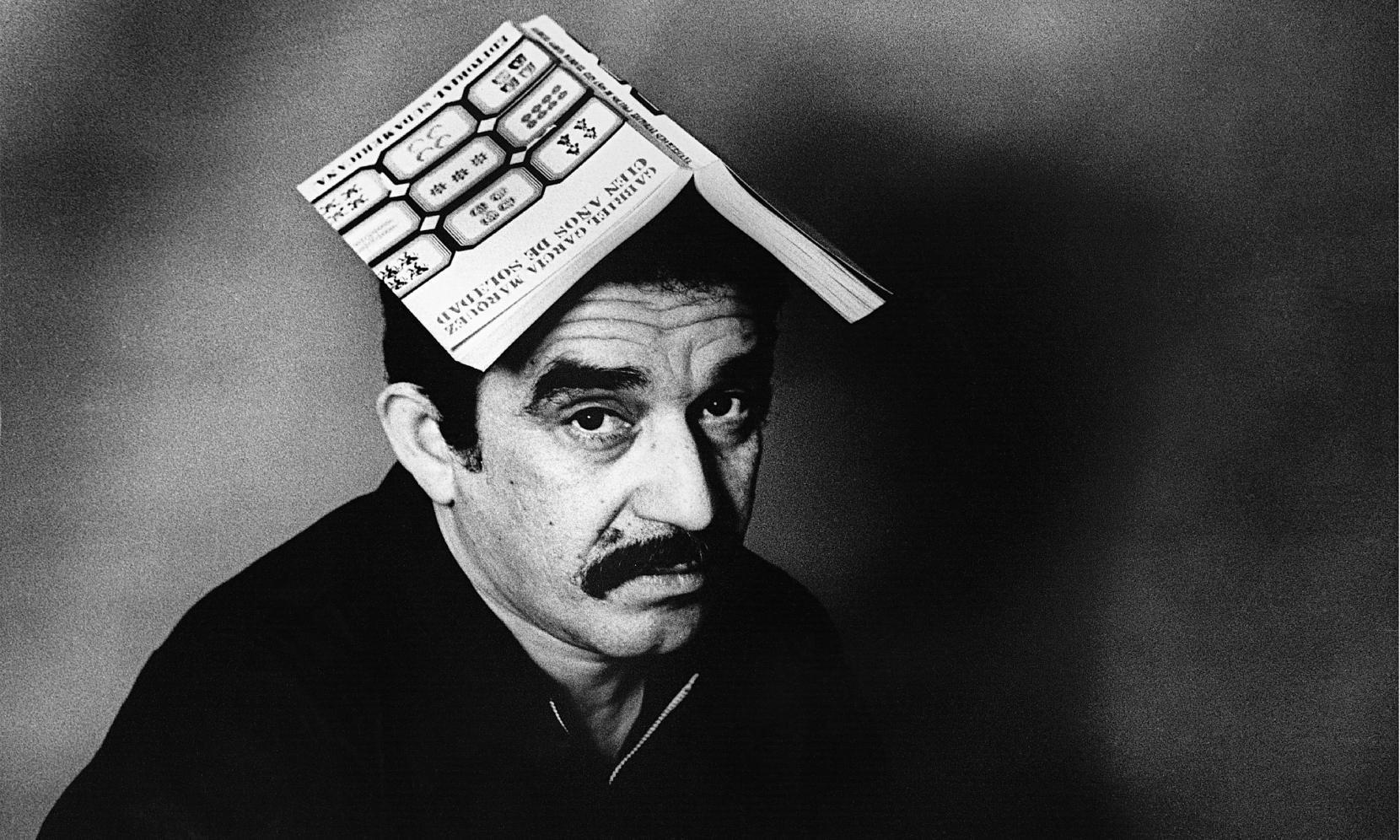 Gabriel García Márquez lleva en su cabeza la primera edición de Cien años de soledad (1967) publicada en la Argentina.  Foto tomada de: adhilac.com.ar.