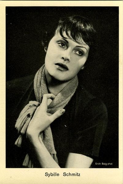 Actriz alemana Sybille Schmitz, estrella de la UFA durante el Tercer Reich que después de 1945 quedó sumida en el olvido, muriendo de una sobredosis de morfina en 1955 a la edad de cuarenta y seis años.