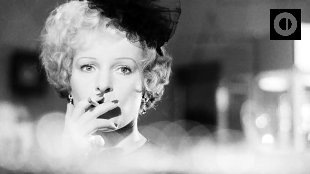 Como Sybille, Veronika fue una gran estrella del cine de la Alemania nazi pero ahora, mediada la década de los cincuenta, nadie se acuerda de ella: ni el público ni la industria cinematográfica. Durante una noche muy lluviosa, Veronika conoce al periodista deportivo Robert Krohn, que se enamora de ella.