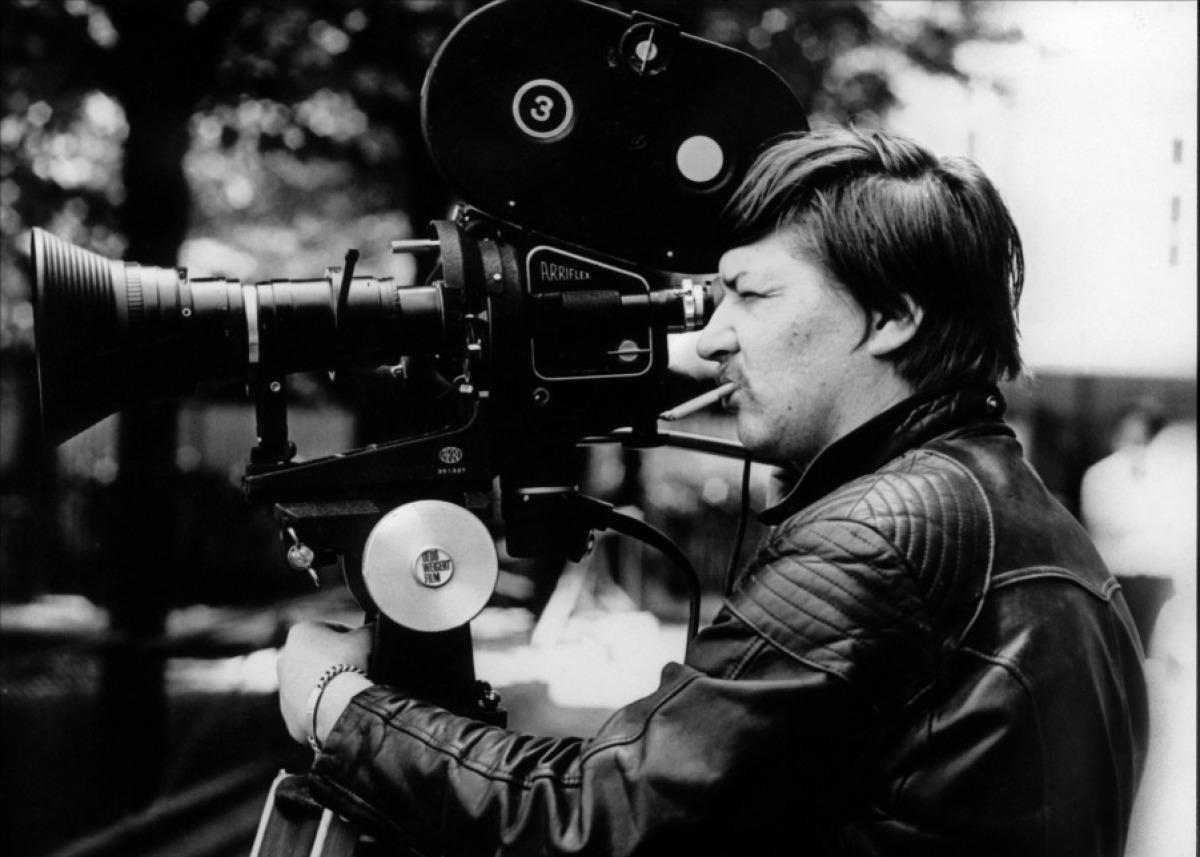 Cuando Fassbinder concluyó La ansiedad de Veronika Voss, le quedaban pocos meses de vida. Para algunos es su testamento cinematográfico, ya que tras ella sólo filma Querelle, basada en la novela de Jean Genet. Muerto con 37 años, en los últimos 14 rodó más de 40 films. Fassbinder, al contrario del efecto con el que los hagiógrafos rubrican al artista joven malogrado, no dejó una obra inconclusa.