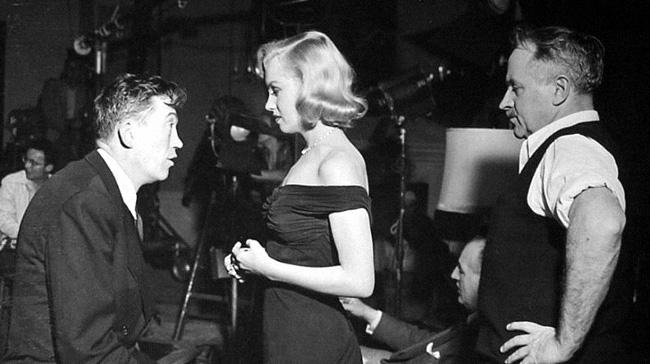 John Huston, Marilyn Monroe y Harold Rosson en el rodaje de La jungla de asfalto.