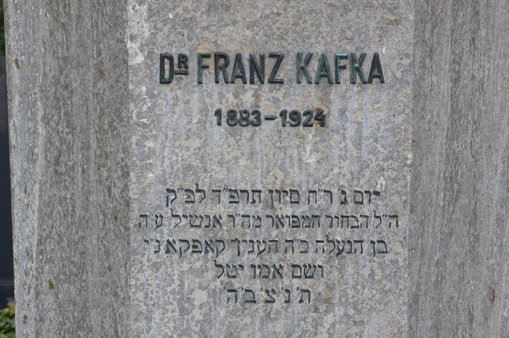 En su tumba en Praga, la gente deposita pequeños papeles escritos sujetos con piedras.