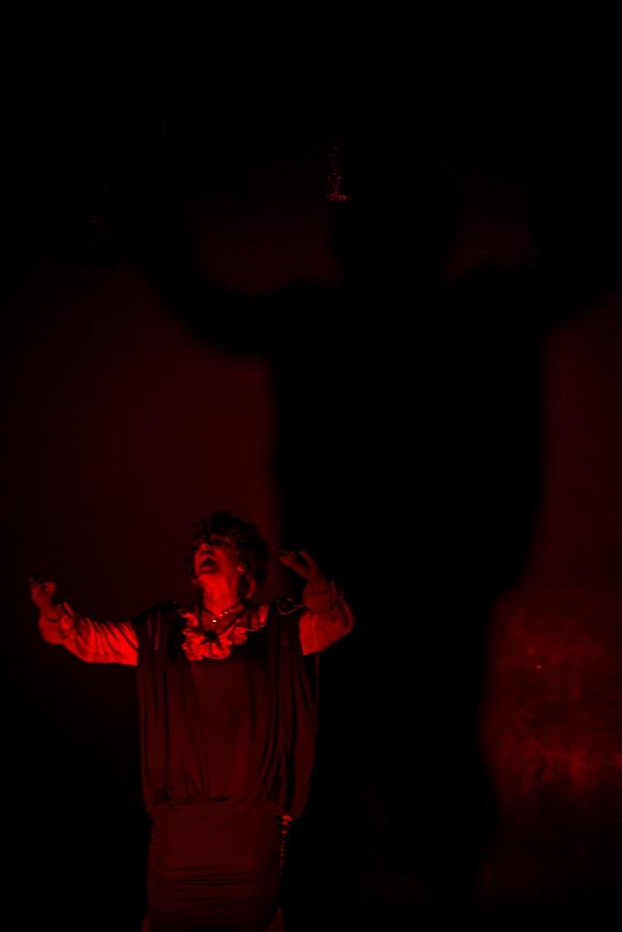 'Maté a mi madre a cacerolazos y envenené a mi bebé... por la cochina plata'. Teatro Ditirambo. Foto: Andrés Felipe Rivera.