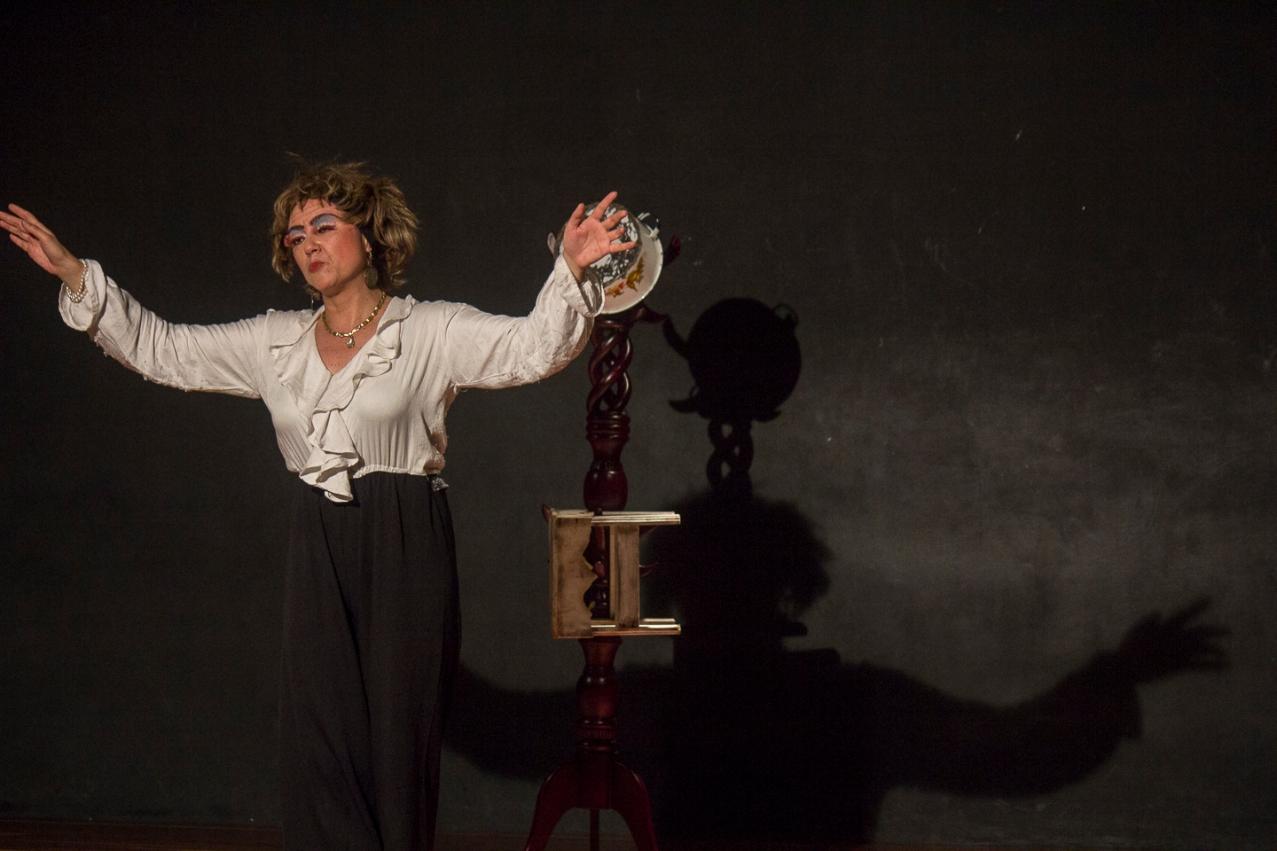 'Maté a mi madre a cacerolazos y envenené a mi bebé por la cochina plata'. Teatro Ditirambo. Foto: Sebastián Becerra.