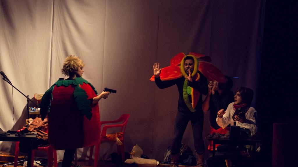 """""""La intención se logra a la perfección: exhibir el lado falaz de la escena, pero vaya contradicción, al presentar lo deplorables que pueden ser las cosas tanto delante como detrás del telón, vemos un grupo excelente que se burla con crueldad de sí mismo, con temeridad y sevicia. Le es permitido hacerlo (y esto no debe olvidarse) sólo porque domina el oficio con maestría"""". Camilo Alzate. """"Acto No. 2"""". DeRReojo. Foto: Andrés Felipe Rivera."""