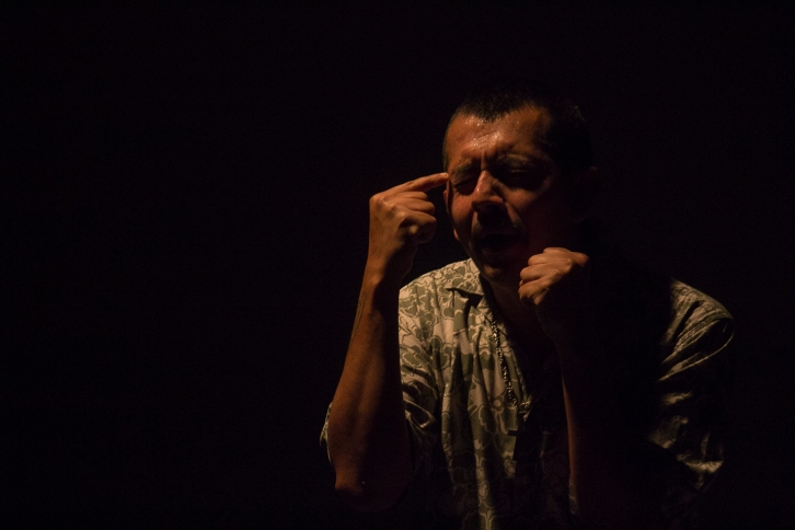 """""""Envolver al público en su relato de sencillez poética, refundar un dolor tan viejo como la palabra, el mismo dolor del náufrago y el forastero, de los que se van, es decir, de los que regresan por el camino más largo. Aprovechar la técnica con precisión y volver a las obras donde tanto la actuación como el texto son importantes, con toda la determinación de que todo, aún la inquietud más simple en apariencia, debe decirse en el teatro. Esto y más lo conseguido a todas luces por Del Desierto"""". Albeiro Montoya Guiral. """"Del Desierto"""". Cicuta Teatro. Foto: Sebastián Becerra."""