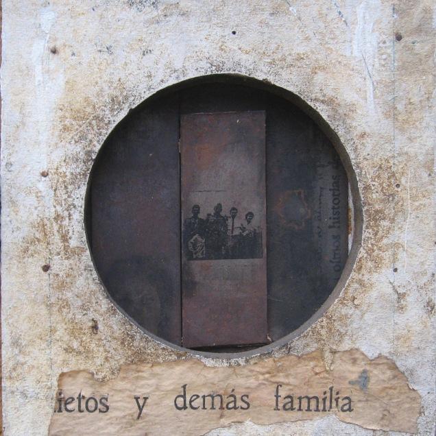 Autor: Omar Moreno Título: Adriana. De la Serie Historias de Familia Medidas: 33.5 cm X 28 cm Técnica: Ensamblaje sobre madera y metal.