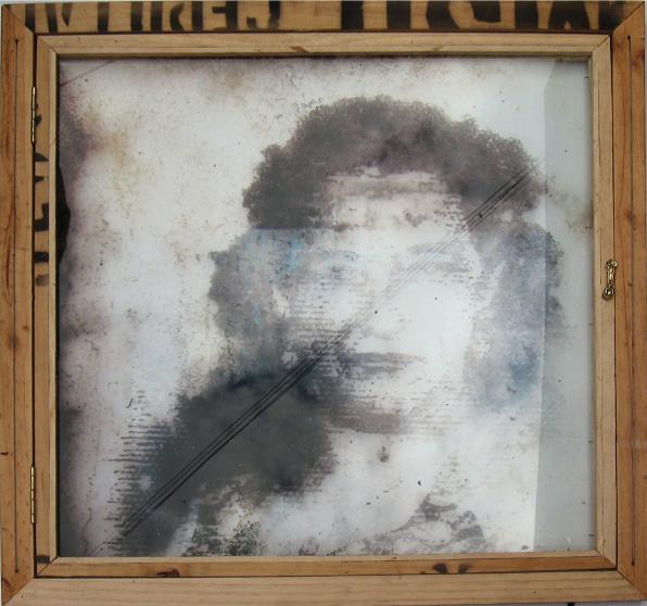 Autor: Omar Moreno Título: Anima Fragile 1 Medidas: 80 cm X 80 cm Técnica: Mixta sobre guacal, almanaque y vidrio de seguridad.