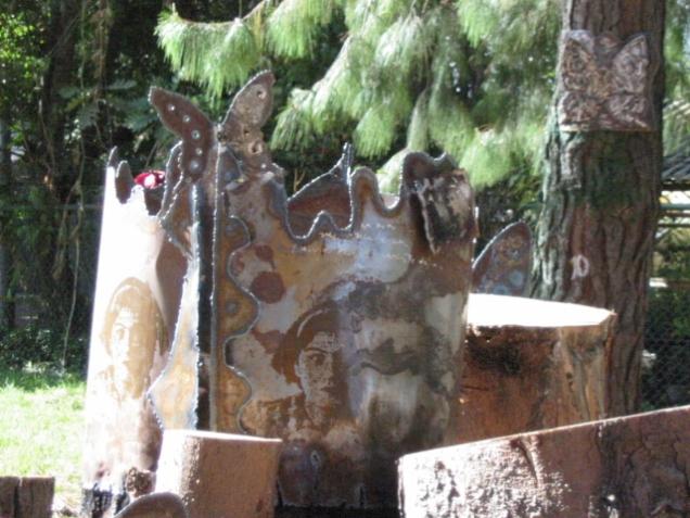 Autor: Omar Moreno Título: Las historias de siempre Medidas: Dimensiones variables Técnica: Instalación Jardín Botánico José Celestino Mutis.