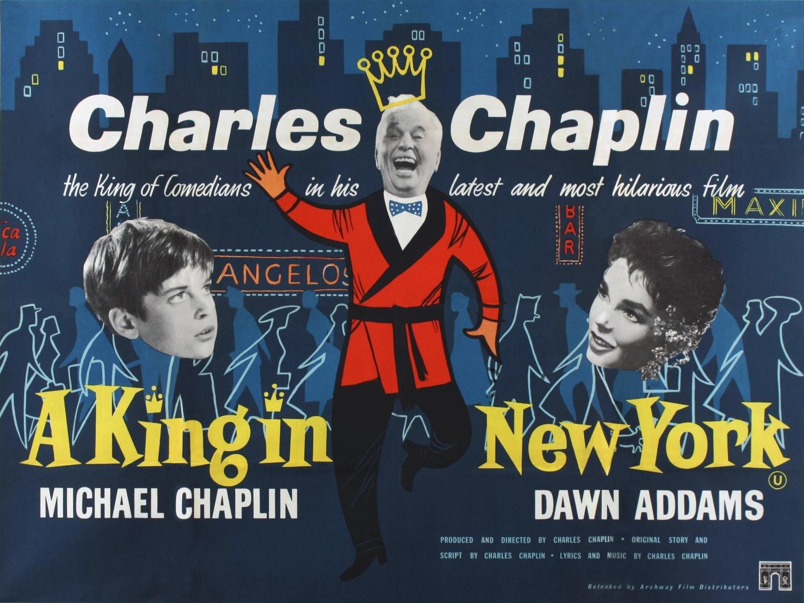 Chaplin utiliza el humor para atacar todo lo que él considera hipócrita. En una gran parodia en la que asiste el monarca ante una sala de cine, observamos la sátira con la que Chaplin afrenta las últimas novedades de la cartelera en Hollywood, con películas con argumentos absurdos y secuencias de acción ambientadas en el universo del western que parecen no acabar nunca.