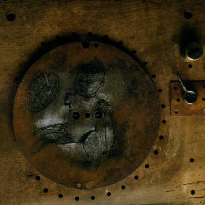 """Omar Moreno. Título: Serie """"La Máquina que piensa"""". Medidas: 60 cm x 60 cm. Técnica: Ensamblaje sobre madera y metal."""
