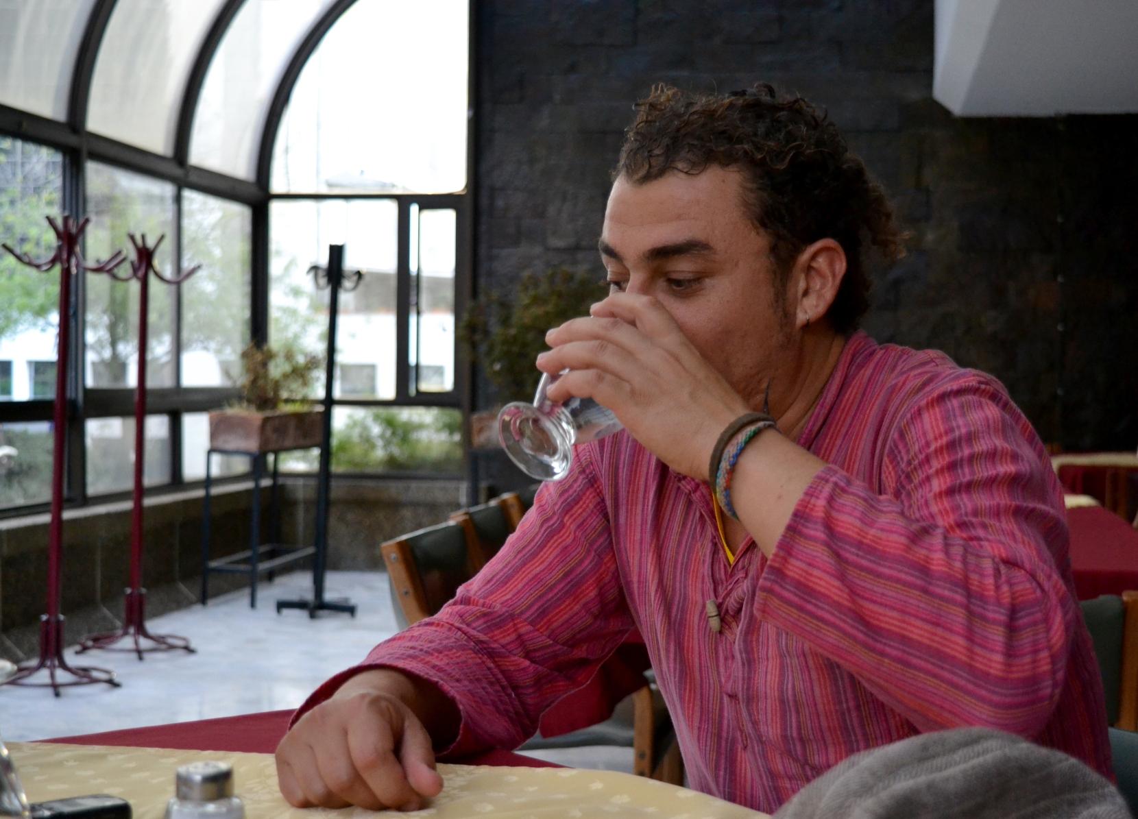 El poeta durante el XXVI Festival Internacional de Poesía de Medellín. Foto: Annabell Manjarrés Freyle.