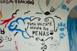"""Escrito en la pared: """"Toma un café y olvida tus penas"""""""