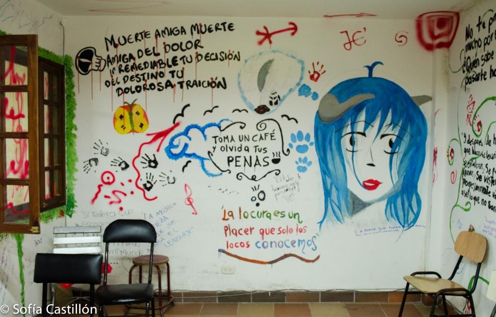 Pared escrita con poemas, dibujos, pinturas, frases de escritores. Llena de color!