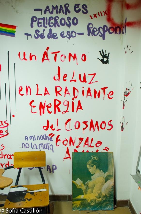"""Escrito en la pared: """"Un átomo de luz en la radiante energía del cosmos"""" de Gonzalo Arango. Arriba, escrito: """"Amar es peligroso - sé de eso - respondí"""""""