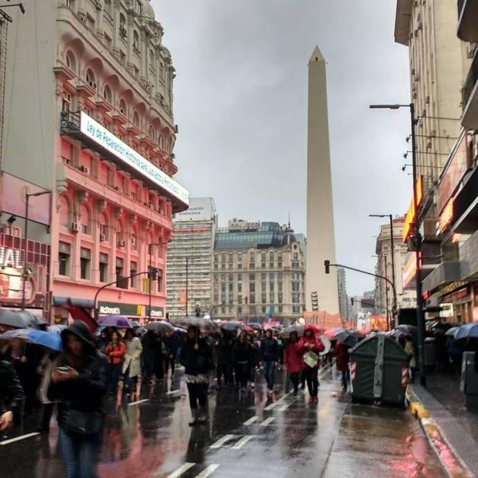Obelisco de Buenos Aires, manifestación en las calles. Cielo gris.