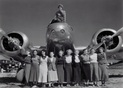 Amelia-Earhart with students-baul-DE-CARTAS